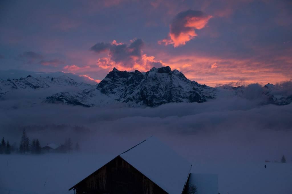 Ausblick auf Gitschen, Berge in Wolkenspiel versunken